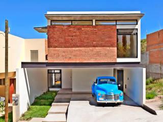 Fachada Principal: Casas unifamiliares de estilo  por Garza Maya Arquitectos