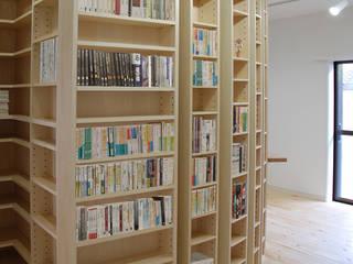 本棚の家 モダンデザインの リビング の 株式会社YDS建築研究所 モダン