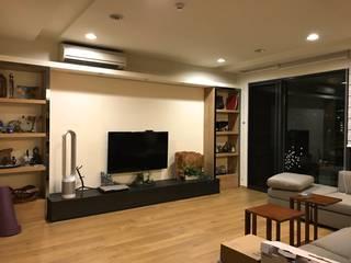 【住家】優雅沉穩的多元木質風格:  客廳 by 圓方空間設計, 日式風、東方風