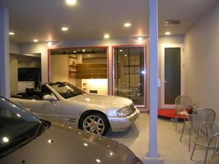 中央区のガレージハウス: アウラ建築設計事務所が手掛けた二車用ガレージ車庫です。,