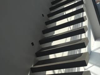 BETON2 Corredores, halls e escadas minimalistas