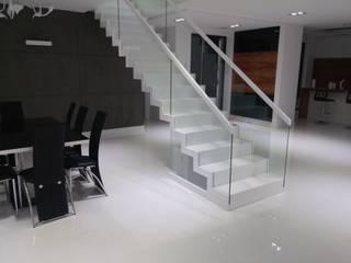 Nowoczesne schody dywanowe w białym połysku SCHOD-BID: styl , w kategorii  zaprojektowany przez SCHOD-BID