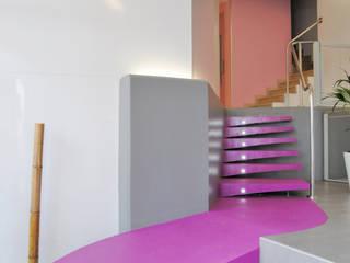 RAMPA DE ACCESO Y ESCALERAS: Pasillos y vestíbulos de estilo  de Loft 26