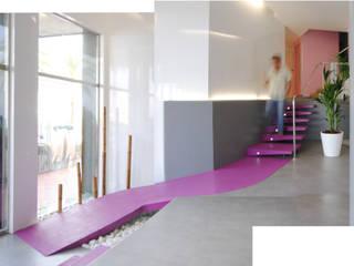 Continuidad en los elementos de acceso: Pasillos y vestíbulos de estilo  de Loft 26