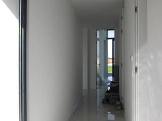 Casa JC, Ortigosa, Leira: Corredores e halls de entrada  por ARKICUBIK UNIPESSOAL LDA