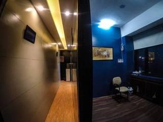 Vibe Art:  Corridor & hallway by M.U Interiors,