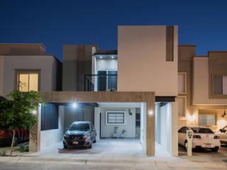 Iluminación en fachada principal: Casas unifamiliares de estilo  por GPro - Gabinete de Proyectos