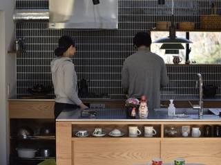 ご夫婦でキッチンに立っていただきました。: 注文家具屋 フリーハンドイマイが手掛けたキッチンです。