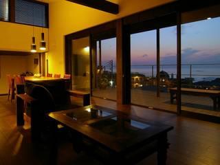 リビングからの夕景: Sデザイン設計一級建築士事務所が手掛けたリビングです。