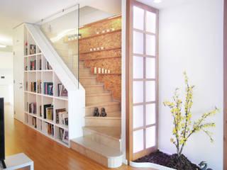 Muebles que integran la escalera de Loft 26 Moderno Tableros de virutas orientadas