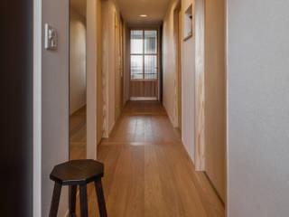 Pasillos, vestíbulos y escaleras modernos de 中山建築設計事務所 Moderno
