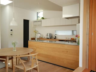 バルコニーから見る全景: 注文家具屋 フリーハンドイマイが手掛けたキッチン収納です。