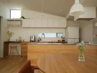 リビングから見る全景: 注文家具屋 フリーハンドイマイが手掛けたキッチン収納です。