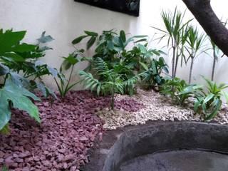 Patio interior Hospital Lucio Córdoba: Jardines de invierno de estilo  por Naturae EIRL