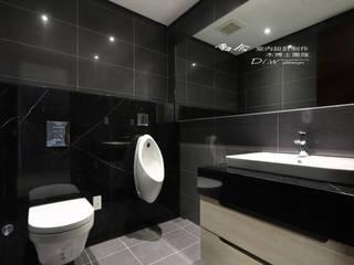 浴室/衛浴/浴下櫃:  浴室 by 木博士團隊/動念室內設計制作