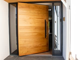 Timber Pivot Door made at our joinery in Wadebridge 根據 Camel Glass 現代風