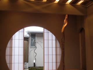 床の間より中庭をみる: 株式会社高野設計工房が手掛けた和室です。