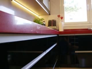 Reforma cocina roja en Barcelona por Visaespais de Visaespais, reformas y rehabilitaciones en Tarragona Moderno