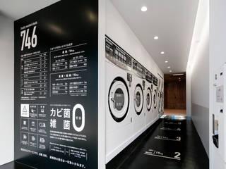 真っ白に洗い上げる、真っ白のコインランドリー: 一級建築士事務所 アリアナ建築設計事務所が手掛けた商業空間です。,