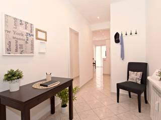 Casa vacanze Ostia 1: Ingresso & Corridoio in stile  di LET'S HOME,