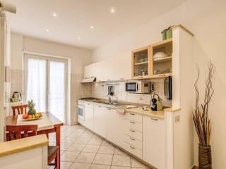 Casa vacanze Ostia 1: Cucina in stile  di LET'S HOME,