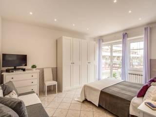 Casa vacanze Ostia 1: Camera da letto in stile  di LET'S HOME,