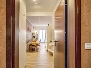 Casa vacanza Ostia 2: Ingresso & Corridoio in stile  di LET'S HOME,