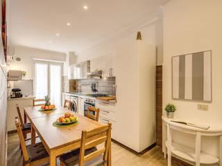 Casa vacanza Ostia 2: Cucina in stile  di LET'S HOME,