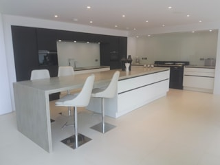 Mr & Mrs D:  Kitchen by Townhouse Design