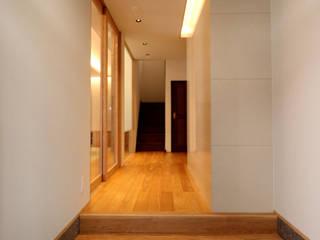 京都「北野の家」: CN-JAPAN/藤村正継が手掛けた廊下 & 玄関です。,