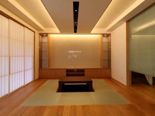 京都「北野の家」: CN-JAPAN/藤村正継が手掛けたリビングです。,