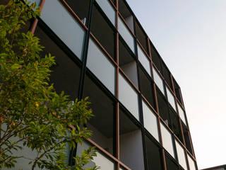 外観 格子ディテール: 一級建築士事務所 アリアナ建築設計事務所が手掛けた商業空間です。