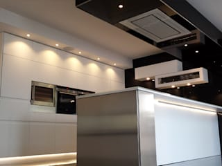 Kitchen in black and white:  Kitchen by Comercial Fabrisol