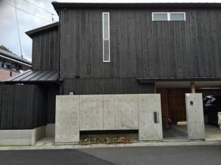 外観 焼杉: 株式会社高野設計工房が手掛けた木造住宅です。