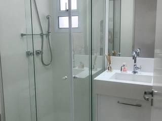 Apartamento You Parada Inglesa II: Banheiros  por camila shiraiva . ARQUITETA E URBANISTA,Moderno
