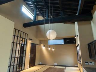 大きな提灯が下がる畳敷きのリビングのある住宅/提灯 和風デザインの ダイニング の 森村厚建築設計事務所 和風