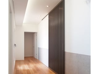 WITHJIS(위드지스) Modern Corridor, Hallway and Staircase Aluminium/Zinc Brown