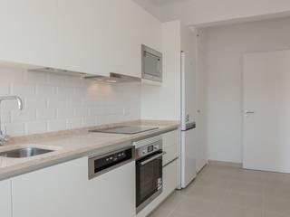 Apartamento T2 Benfica - Lisboa: Cozinhas modernas por EU LISBOA