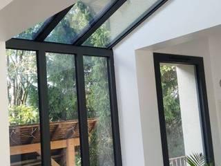 verrière reliant la maison existante à l'extension:  de style  par catherine Roustit