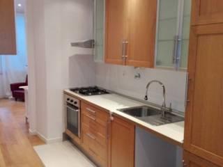 Apartamento T2 Alto São João - Lisboa: Cozinhas mediterrânicas por EU LISBOA