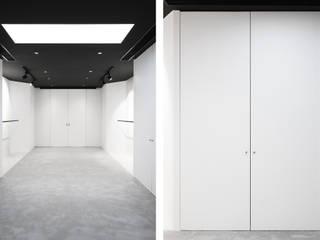 Showroom : Portas de correr  por PortoHistórica Construções SA
