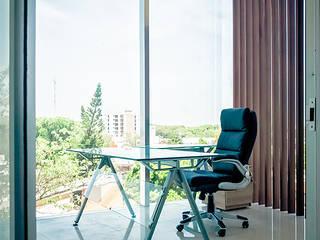 Oficinas 2R: Estudios y oficinas de estilo  por COUTIÑO & PONCE ARQUITECTOS
