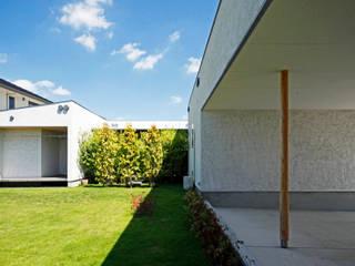 庭を中心としたコの字型平屋: kisetsuが手掛けた庭です。
