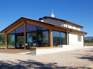 VILLA IN LEGNO PERUGIA: Casa di legno in stile  di CasaAttiva