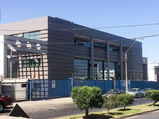 VISTA FACHADA : Escuelas de estilo  por  Arquitectos Roman&Toledo