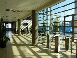 Vista Hall Acceso: Escuelas de estilo  por  Arquitectos Roman&Toledo