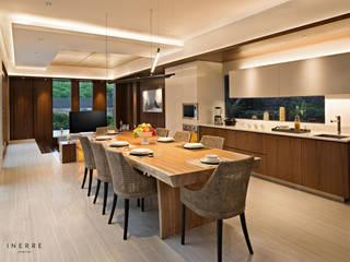 : Ruang Makan oleh INERRE Interior,