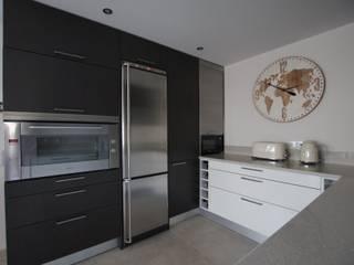 Cozinha Open Space por Traços Intemporais Lda. Moderno