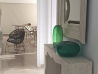 Diseño y decoración de un apartamento en Marbella por Isabel López: Pasillos y vestíbulos de estilo  de Taller de Interiores Mediterraneos