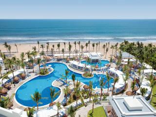 RIU Palace Emerald Bay: Hoteles de estilo  por JSF de México Landscaping,